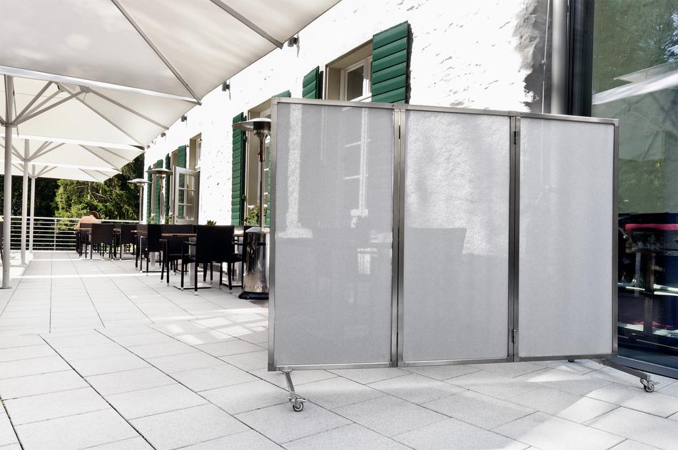 mobiler windschutz im gartenrestaurant mit paravents windgesch tzte pl tze anbieten. Black Bedroom Furniture Sets. Home Design Ideas